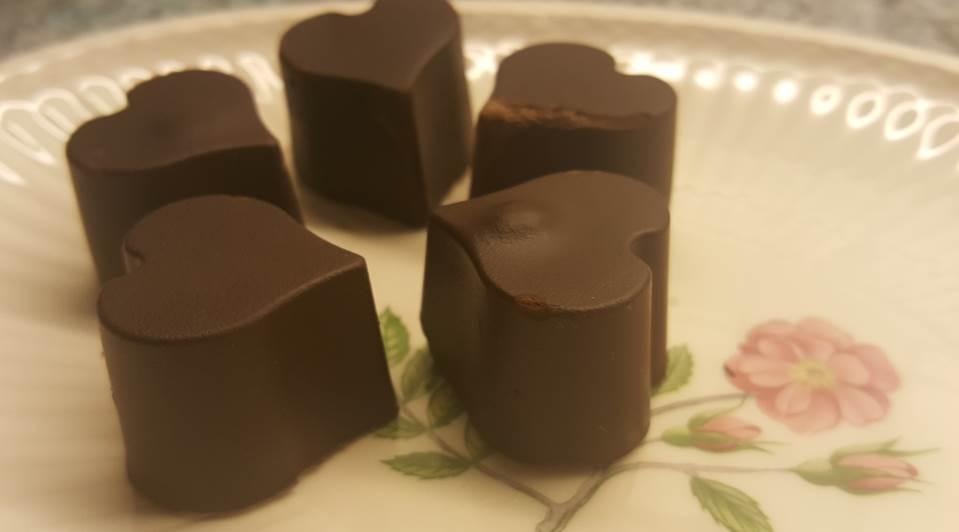 Lactosevrije chocoladehartjes met abrikozenvulling lactosevrij en glutenvrij cashewnoten